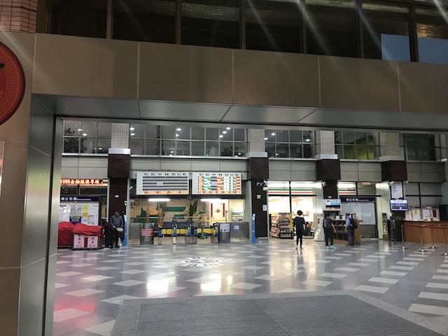 台東火車駅構内。セブンイレブンもあります。