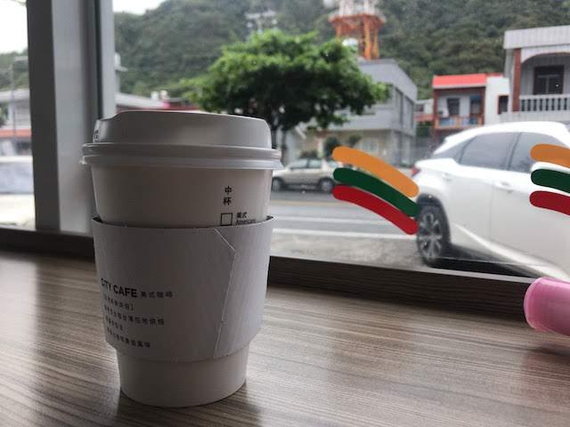 台湾 東河のセブンイレブンのイートインでコーヒーを飲む