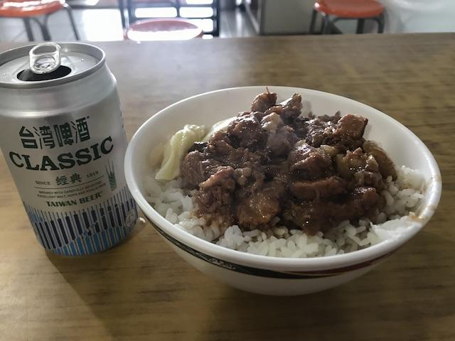 東河肉粽王の魯肉飯とビール