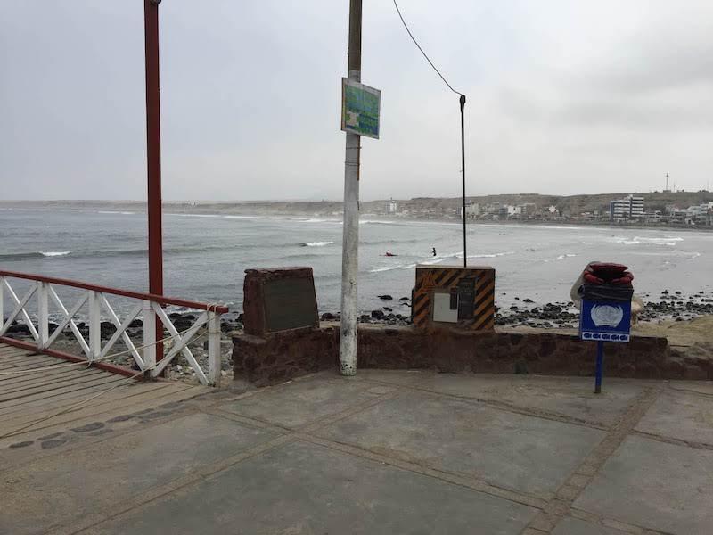 ワンチャコ桟橋から右側を眺める。インサイドのブレイクで初心者サーファーが練習している。