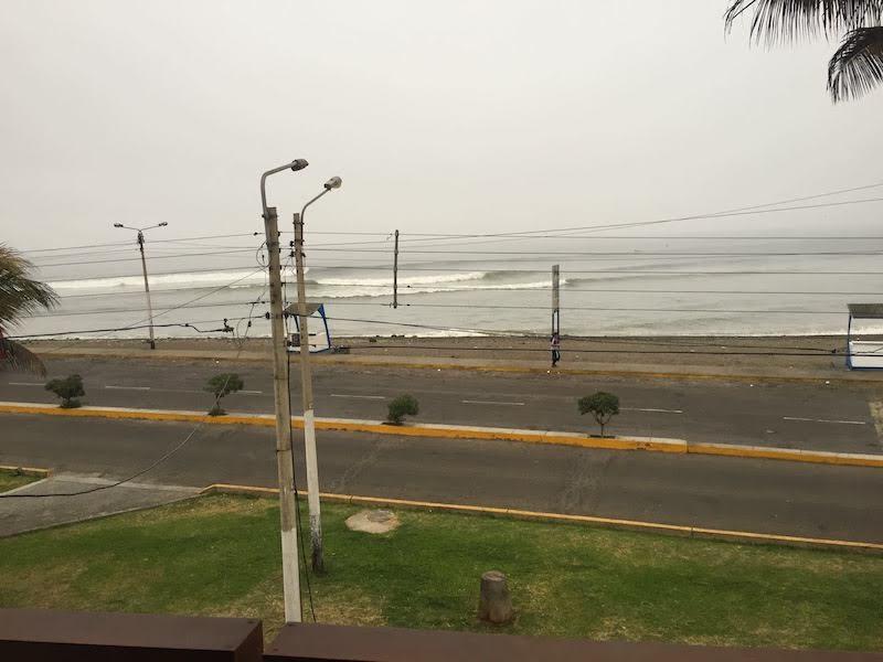 部屋のバルコニーから見た朝のワンチャコの波