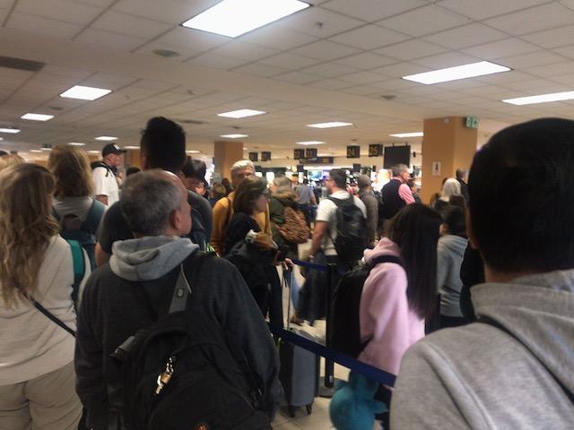 リマ空港でのイミグレの行列