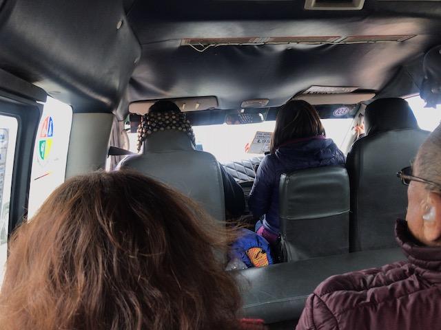 トルヒーヨ市内に向かうコンビの車内