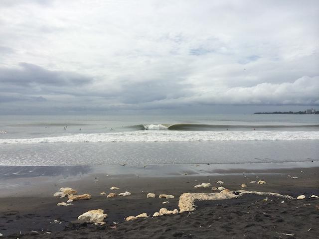 サヌール近くの波